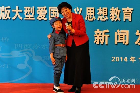 著名女高音歌唱家耿莲凤与小朋友一起现场演唱《长征组歌》